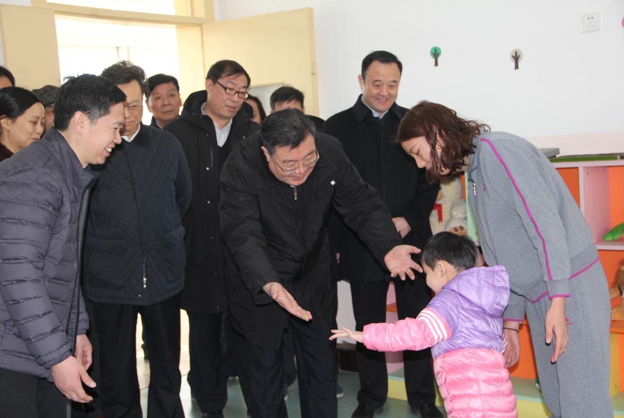 """春节前夕舒庆副省长一行人到新乡市社会福利中心看望孤残儿童和""""三无""""老人"""