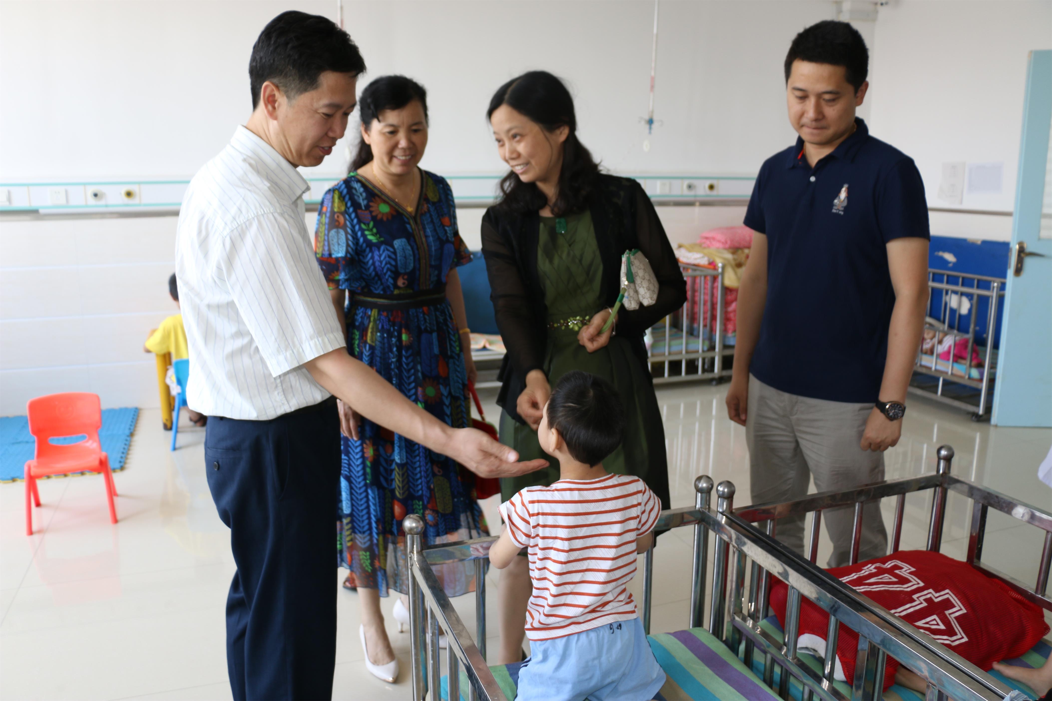 关爱孤残儿童 我们共同努力——福利中心端午节前看望在外康复治疗儿童