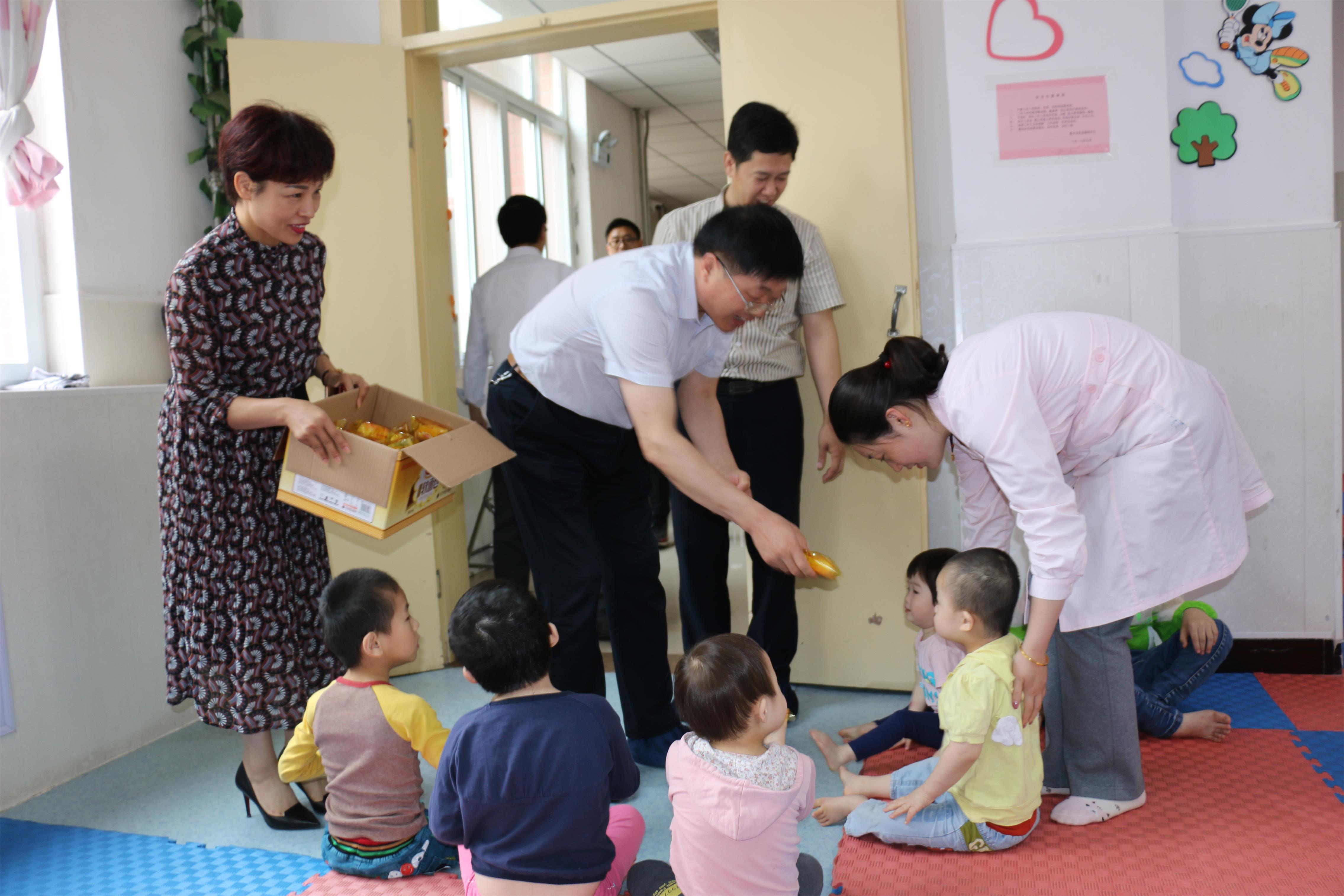 六一儿童节前夕,经开区管委会书记刘思江到市社会福利中心看望孤残儿童